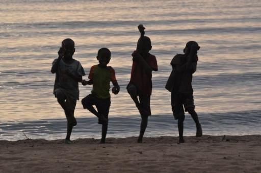 19 Last Night Lake Malawi - children performing for attention (1)