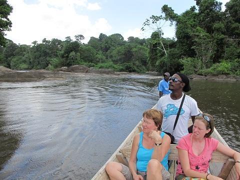 Per Korjaal de  Boven Suriname rivier op