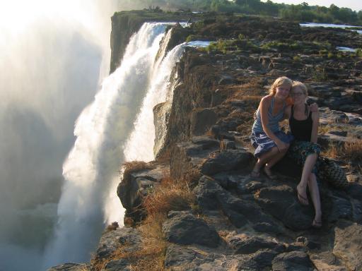 Zittend op het randje van de Vic falls