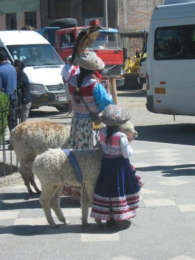 kleines Kind und kleines Lama